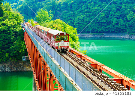 【静岡県】初夏の奥大井湖上駅と列車 41355182