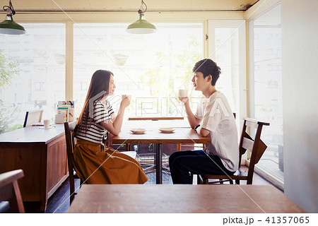 カフェの若い男女 41357065