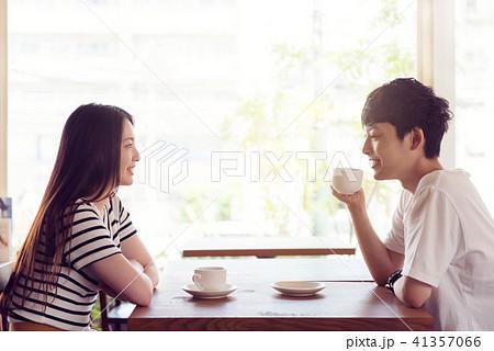 カフェの若い男女 41357066