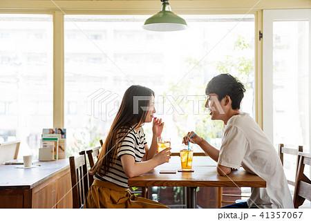 カフェの若い男女 41357067