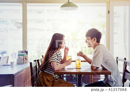 カフェの若い男女 41357068