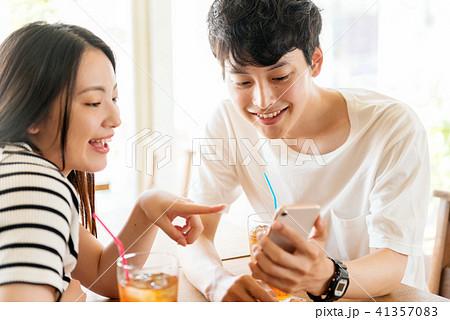 カフェの男女 41357083