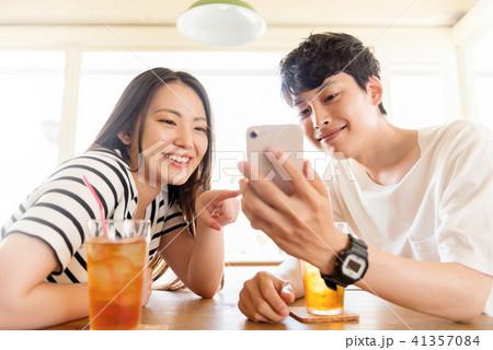 スマートフォンと若いカップル 41357084