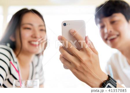 スマートフォンと若いカップル 41357085