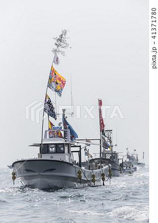 大漁旗を揚げた漁船 41371780