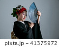 奇抜なヘアメイクの着物姿の女性 41375972