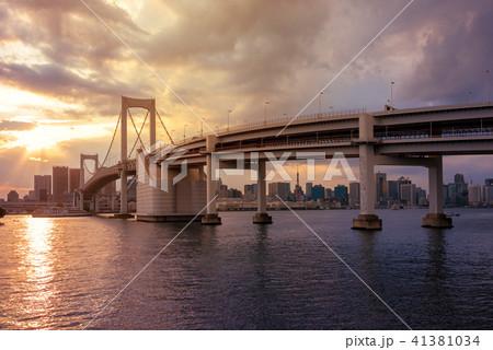 東京湾、レインボーブリッジの夕暮れ 41381034