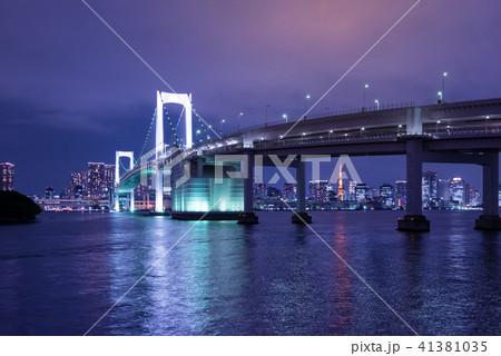 東京湾、レインボーブリッジの夜景。 41381035