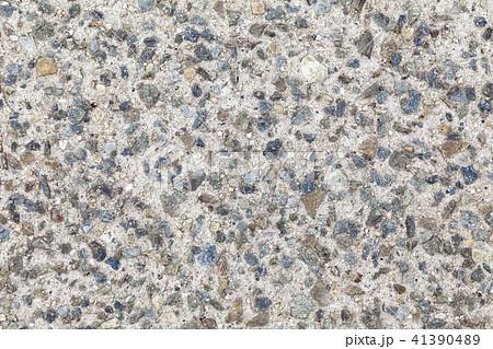石が混ざったコンクリートの地面 41390489