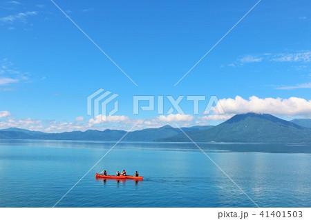 北海道 青空の支笏湖とシーカヤック 41401503