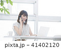 女性 電話 パソコンの写真 41402120