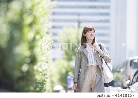 女性 オフィス街 歩く 笑顔 新緑 街 41418157
