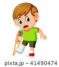 男の子 男児 松葉杖のイラスト 41490474
