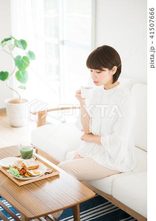 朝食にコーヒーを飲む女性 41507666