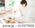 朝食にコーヒーを飲む女性 41507668