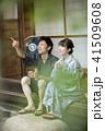 古民家縁側で会話をする夫婦 カップル 甚平 浴衣 41509608
