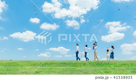 三世代家族、青空、肩車、散歩 41538935