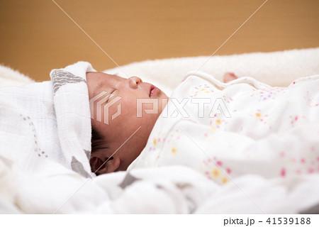 仰向けに寝ている赤ちゃんの上半身 41539188