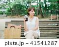 女性 アイスコーヒー ベンチの写真 41541287