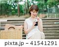 女性 アイスコーヒー ベンチの写真 41541291