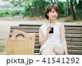 女性 アイスコーヒー ベンチの写真 41541292