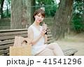 女性 アイスコーヒー ベンチの写真 41541296