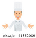 コックコートを着用した年配の料理人が両手を広げて歓迎している 41562089