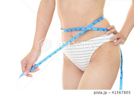 腹囲を測る女性 41567805