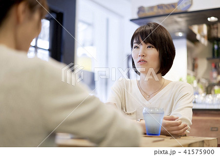 カフェ 女性 2人 友達 41575900