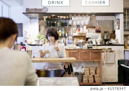 カフェ コーヒー 女性 読書 41576347