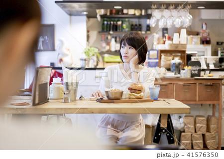 カフェ ランチ 女性 ハンバーガー  41576350