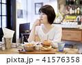 カフェ 女性 ハンバーガーの写真 41576358