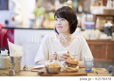カフェ ランチ 女性 ハンバーガー  41576478