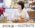 カフェ 女性 ハンバーガーの写真 41576479