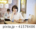 カフェ 女性 ハンバーガーの写真 41576486