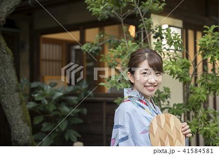 夏イメージ 古民家 浴衣 女性 団扇 41584581