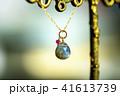 光る天然石のネックレスとカラフルバック 41613739