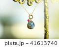 スタンドに飾った石のネックレス 41613740