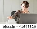 ビジネスウーマン 鼻水 女性の写真 41645320