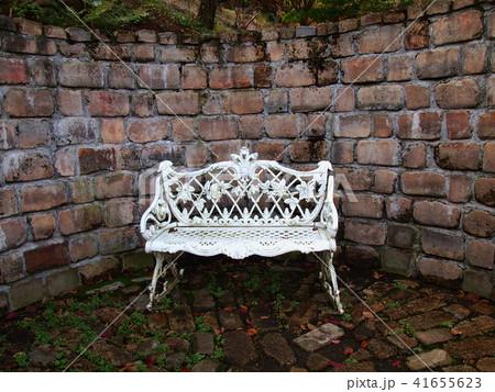 白いベンチと煉瓦壁 41655623