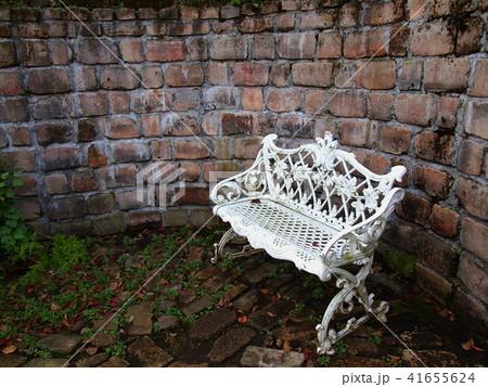 煉瓦に囲まれた白いベンチ 41655624