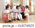 おじいちゃん 孫 おばあちゃんの写真 41674925