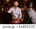 バーで働く外国人 41695533