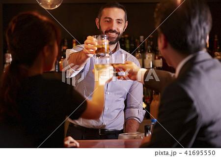 バーで働く外国人 41695550