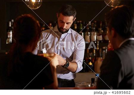 バーで働く外国人 41695602
