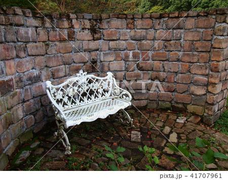 煉瓦に囲まれた白いベンチ 41707961