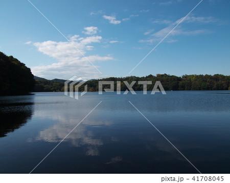 一碧湖の湖面に映える秋の空 41708045
