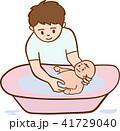 赤ちゃんの沐浴をするお父さん 41729040