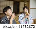 古民家縁側で生ビールを飲む浴衣姿の夫婦 41732872