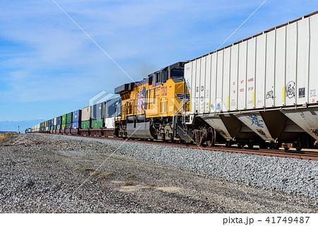 アメリカ大陸を横断する長距離貨物列車 41749487